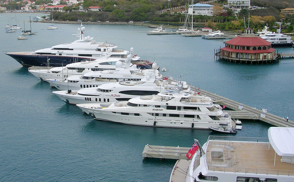 hunt-yachts-yachts-in-harbour